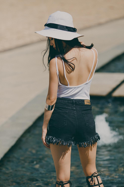 Và kiểu quần short ngắn làm cho đôi chân thêm dài hơn và rất gợi cảm