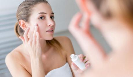 Thoa kem chống nắng trước khi ra ngoài để bảo vệ da mặt