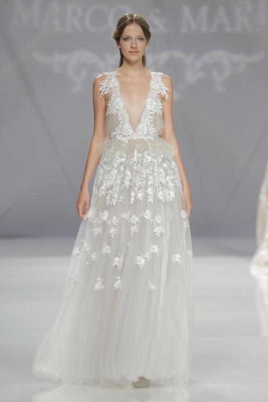 Váy cưới cổ chữ V gợi cảm cho cô dâu mùa hè này