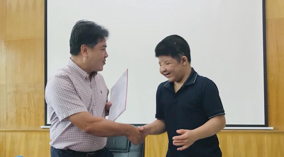 trao học bổng cho bé bôm, nghẹn ngào trao học bổng cho bé bôm, diễn viên quốc tuấn rơi nước mắt