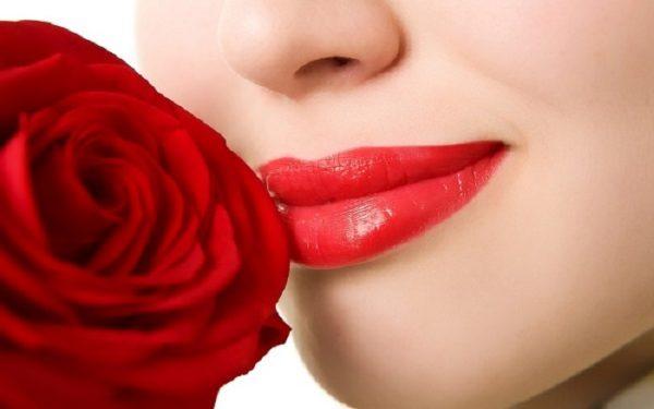 trị thâm môi bằng hoa hồng