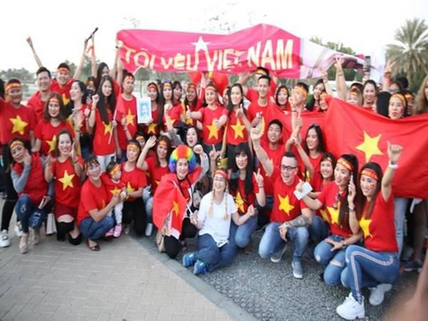 Bóng đá VN 2/6: CĐV Việt Nam tại UAE háo hức chờ vào sân xem đội tuyển